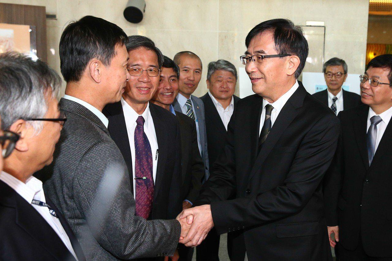 交通部長吳宏謀(右)請辭,上午同仁為他舉辦歡送會。 記者葉信菉/攝影