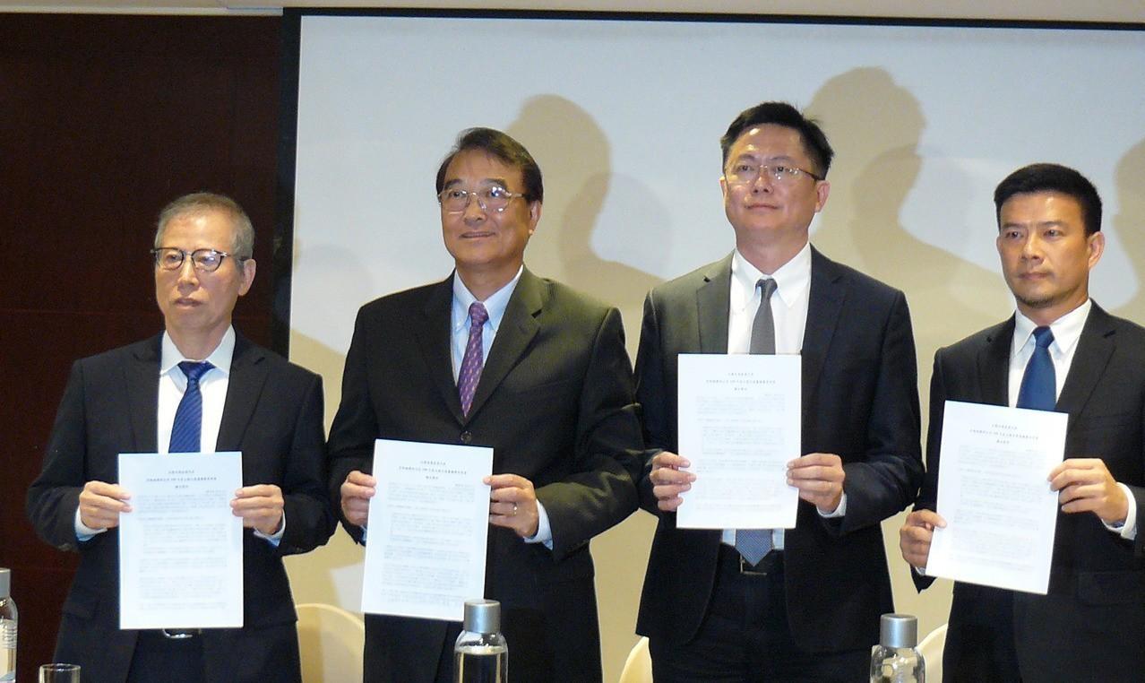 國際半導體產業協會太陽光電委員會主席廖國榮(左2)等太陽光電產業協會代表4日出面...