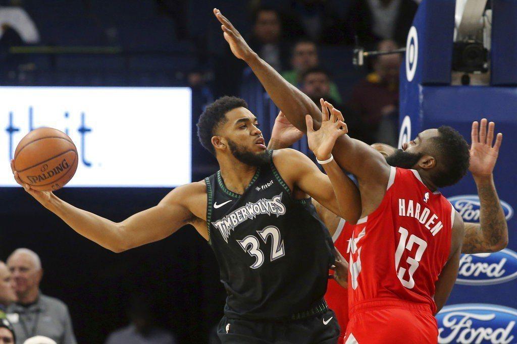 火箭此役全員健康了,哈登(右)攻下29分,但卻被攻下24分11籃板的唐斯打臉,成...
