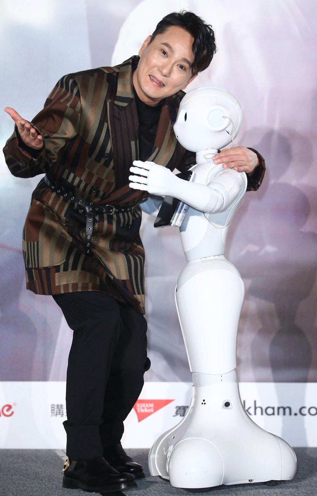 張信哲(左)在「未來式」演唱會記者會,神秘嘉賓機器人Pepper要求「抱緊」處理...