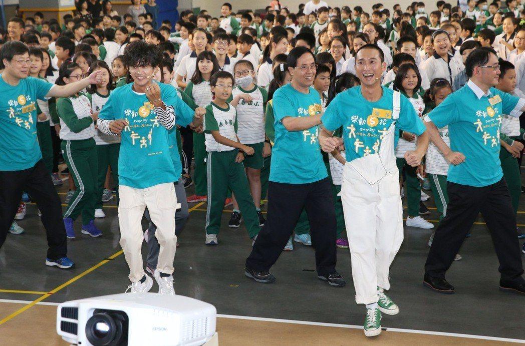 浩角翔起出席「樂動150。樂此不疲!」活動 ,示範「練5功」帶領現場小朋友跳「樂...
