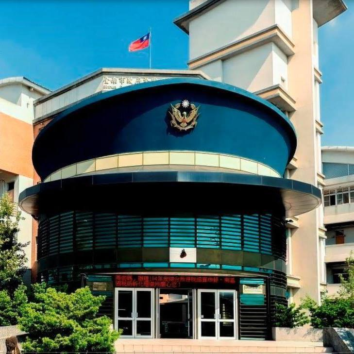 台南市警帽造型的新化警分局新化派出所,曾獲全台票選最有特色派出所第1名。圖/新化...