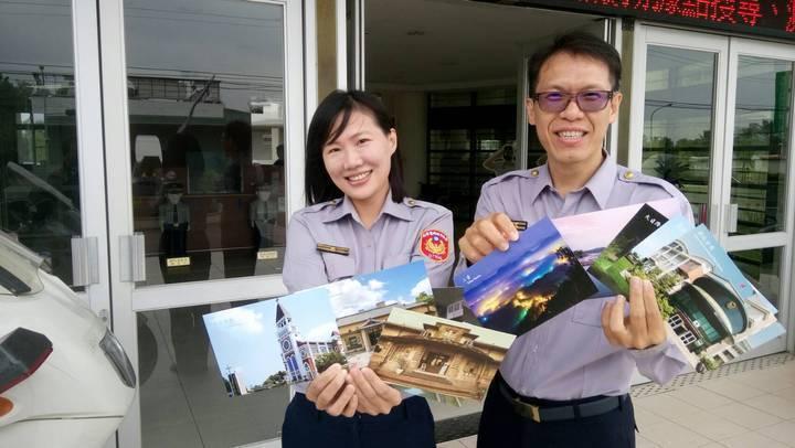 台南市新化警分局製作轄內知名觀光景點的雙語明信片。圖/新化警分局提供