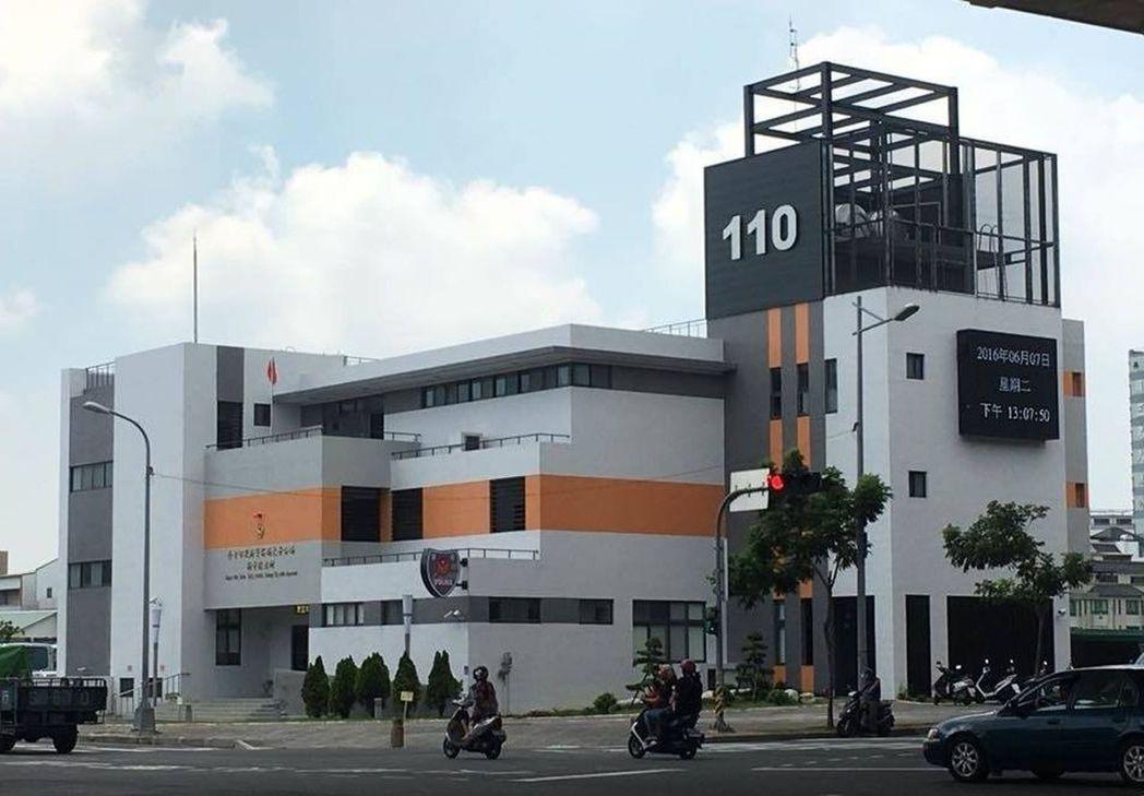 台中市太平分局新平派出所外觀由橘、灰、白3種色塊組成,遠望有如樂高積木堆疊,被當...