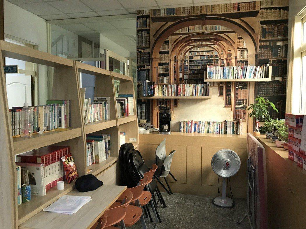 桃園市蘆竹警分局外社派出所設立閱覽室,有上千本書供各年齡層小朋友閱讀,有如迷你圖...