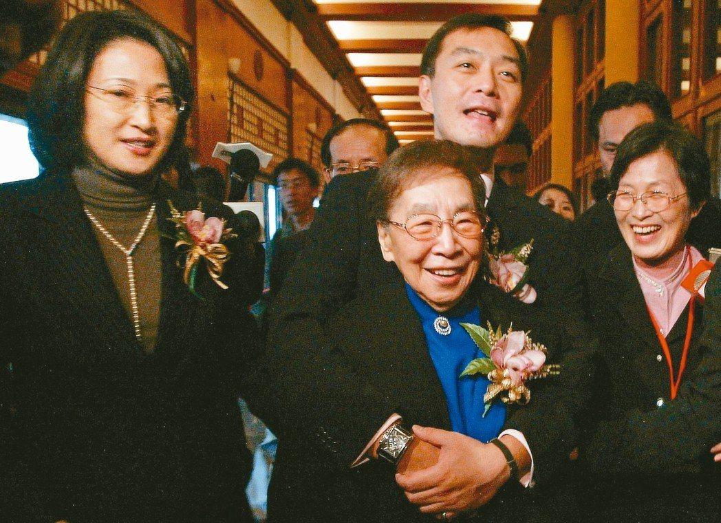 母親吳舜文(前中)是嚴凱泰(後中)最敬愛的人,也是在他當年改革之路上最支持他的人...