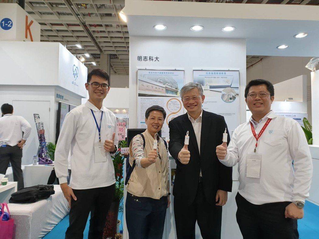 長庚醫院副院長溫明賢教授(右二)與患者在現場使用心血管AI量測儀測試RBBB(心...