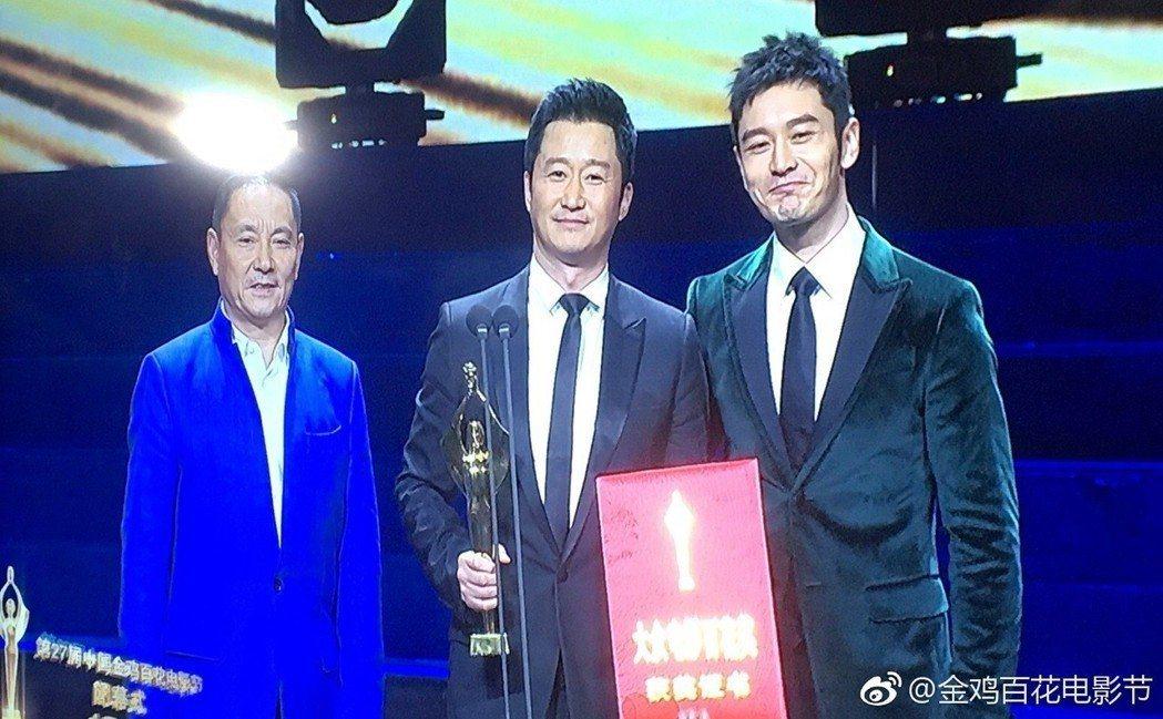 圖為上月10日,吳京獲大陸第34屆大眾電影百花獎影帝,黃曉明頒獎。 圖/摘自微博