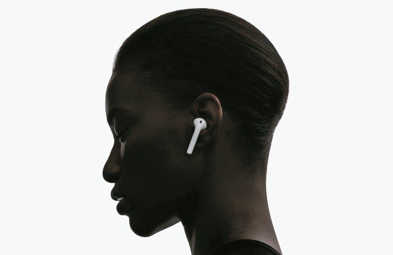 顧能預估,未來耳戴式裝置出貨量將超越智慧手表。圖為蘋果AirPods。 蘋果/提...
