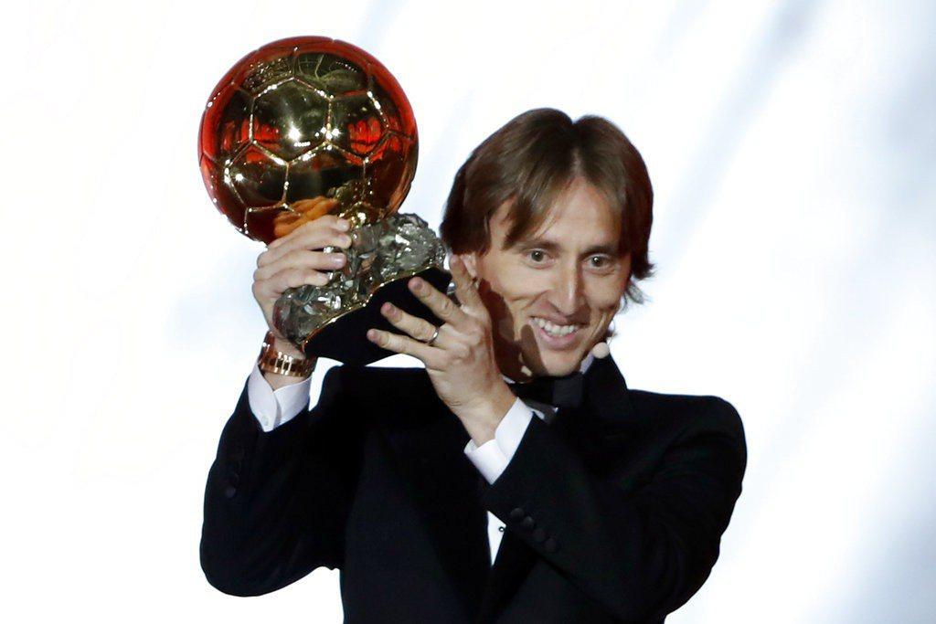 克羅埃西亞足球中場莫德里奇今天成為2018年金球獎,打破C羅和梅西壟斷10年局面...