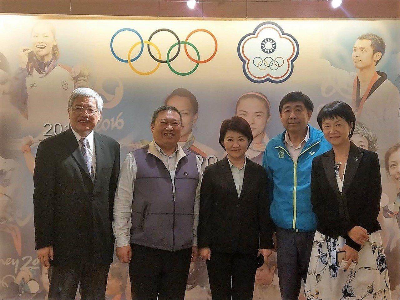 台中市長當選人盧秀燕(中)3日下午拜訪中華奧會主席林鴻道(左2),盼中華奧會代為...