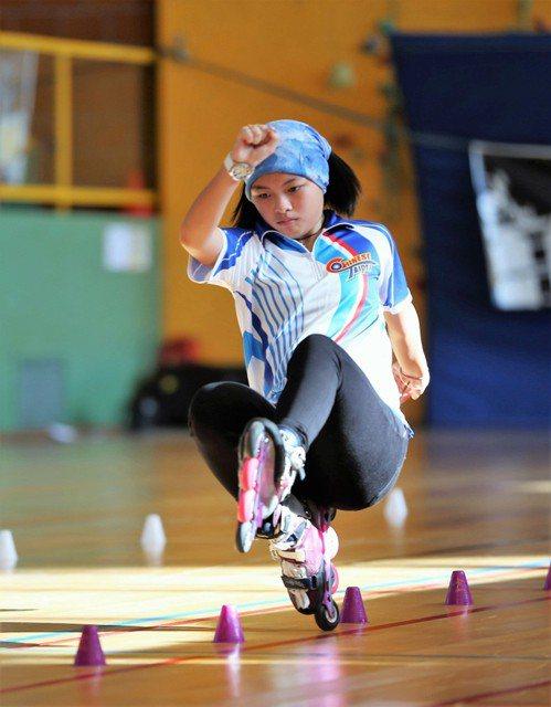 就讀政大附中3年級邱映萱,2013年起代表台灣在自由式滑輪花式角標國際賽事中屢有...