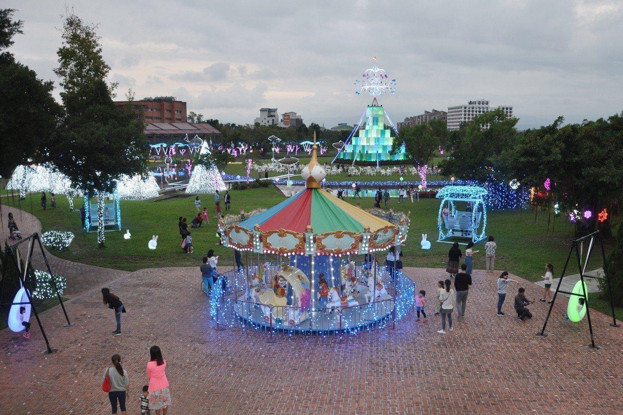 宜蘭縣政府舉辦的「奇幻耶誕燈飾」活動,16日起到明年元旦在縣政中心中央草坪登場,...