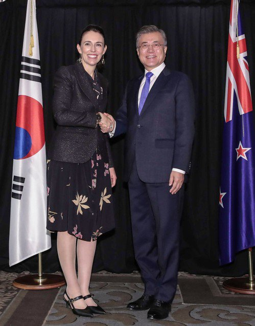南韓總統文在寅(右)今(4日)與紐西蘭總理阿爾登(左)舉行會談。 歐新社