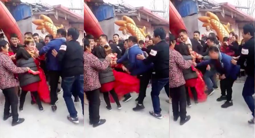 受不了鬧婚活動,身著大紅禮服的新娘站起身後對著一位男賓客的下體狠踹一腳出氣。圖擷...