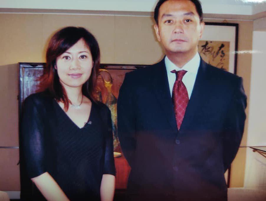 主播蕭裔芬在臉書上分享2004年訪問嚴凱泰時的心情逸事,緬懷這位英年早逝的企業家...