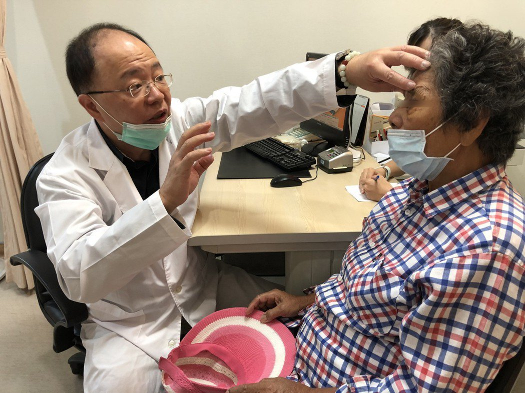 光田綜合醫院整形美容中心醫師郝治華和患者。 光田醫院/提供。