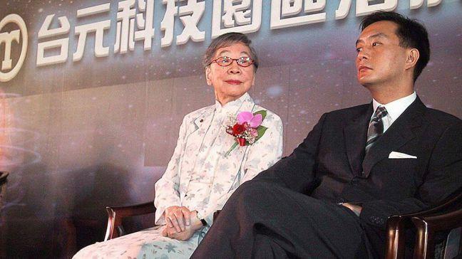 裕隆集團董事長嚴凱泰(右)和母親吳舜文(左)。 報系資料照