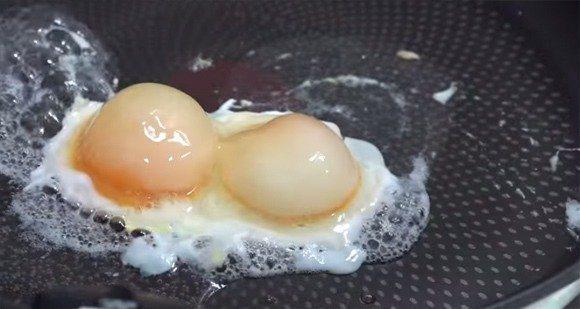 把冷凍蛋切開之後拿去煎,看起來就像是有雙蛋黃的迷你荷包蛋。 圖片來源/YouTu...