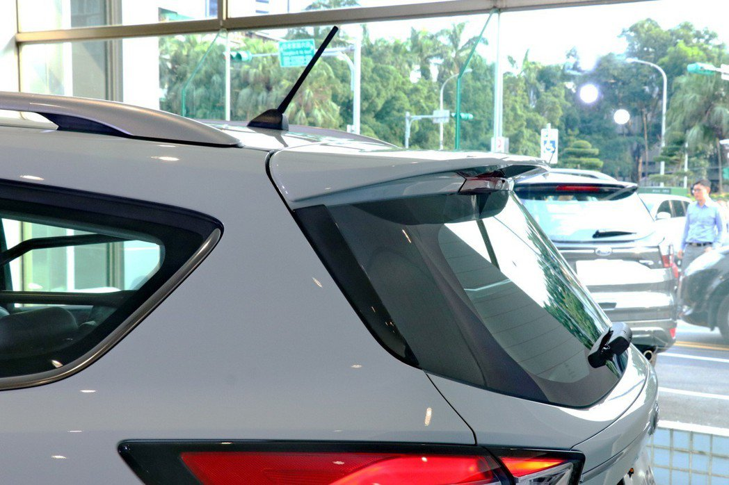 Ford Kuga特仕車型「環景動勁版」配備ST-LINE尾翼。 記者陳威任/攝...