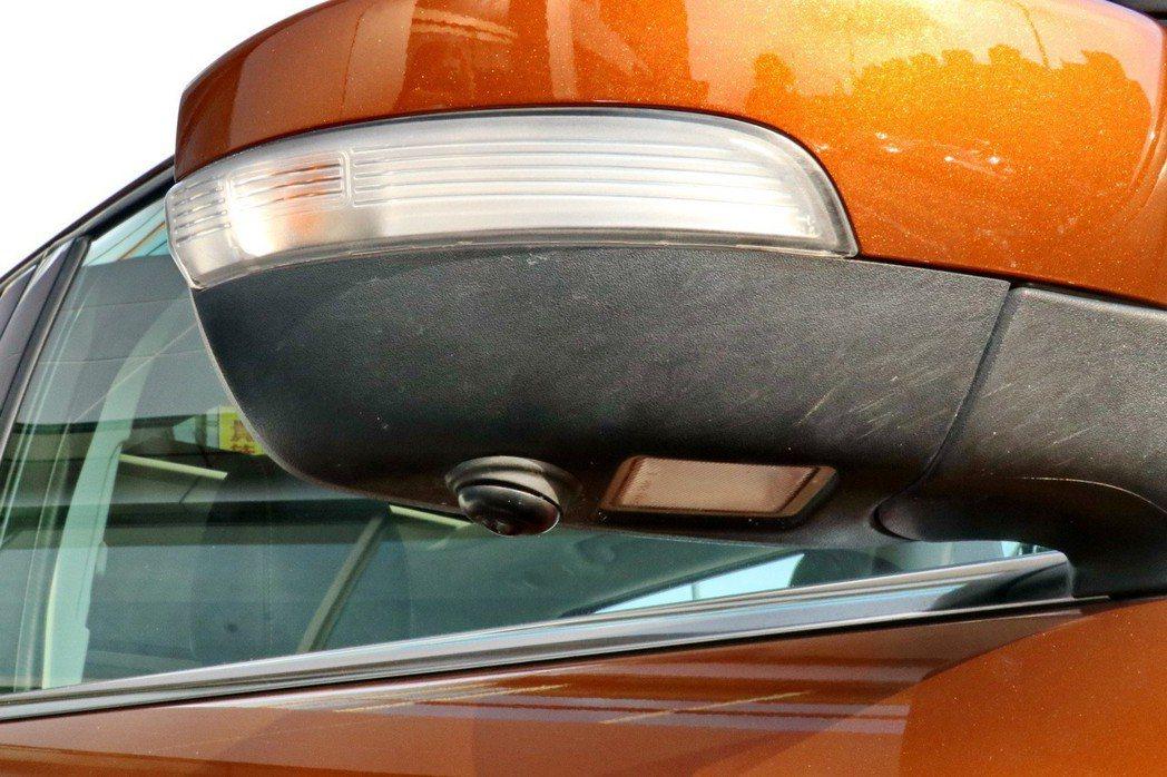 Ford Kuga在2019年式4T以上車型配備環景影像行車輔助,兩側後照鏡配備...