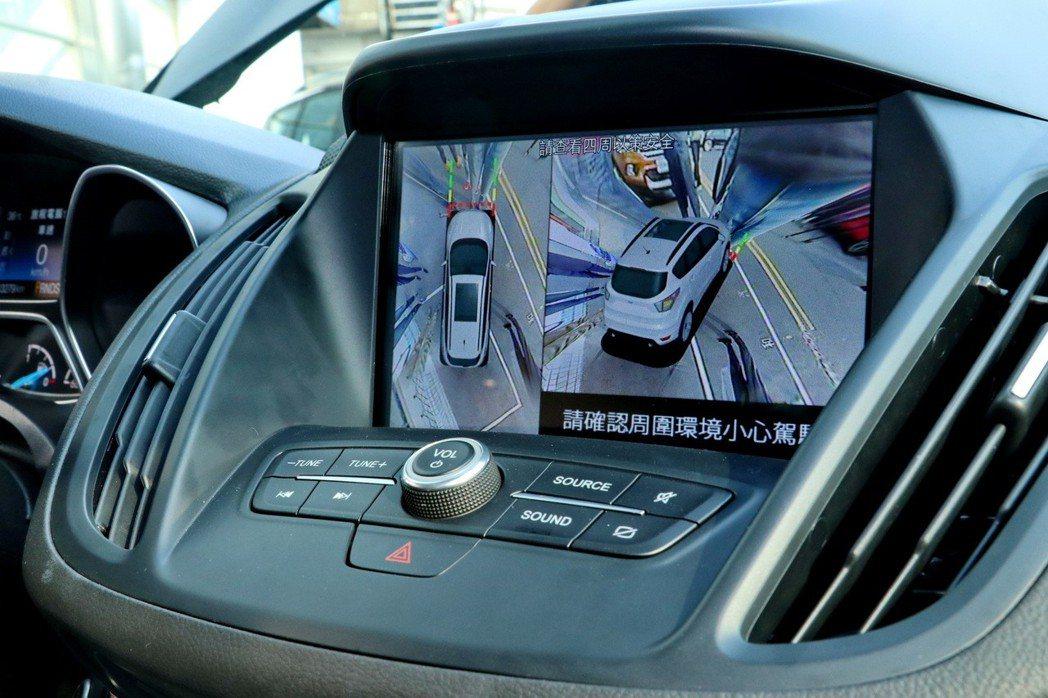 在左右方向燈作動時,系統亦自動啟動左/右後方之45°視角3D影像於顯示螢幕。 記...