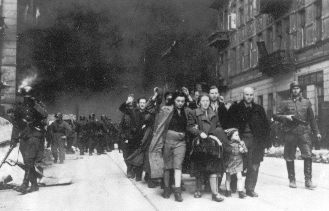 難道波蘭人的手上,真的從未沾上一滴無辜猶太受難者的鮮血嗎?圖為1943年,華沙猶...
