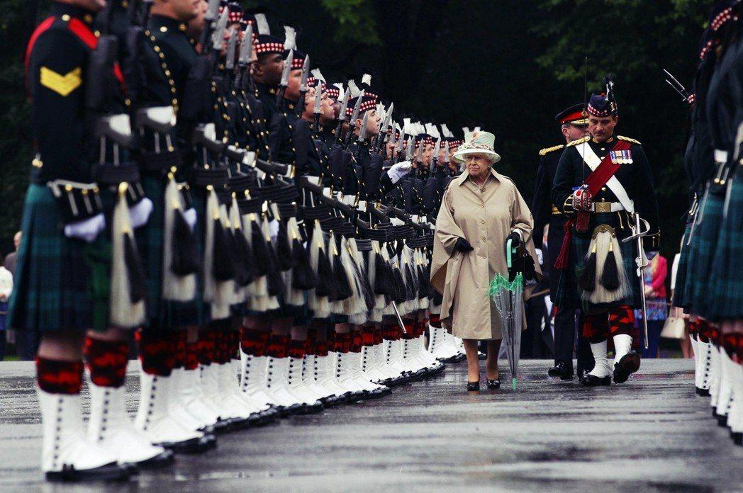 女王聽得懂蘇格蘭語的誓詞嗎?「我謹以至誠,據實聲明及確認,我以全能上帝之名宣誓:...