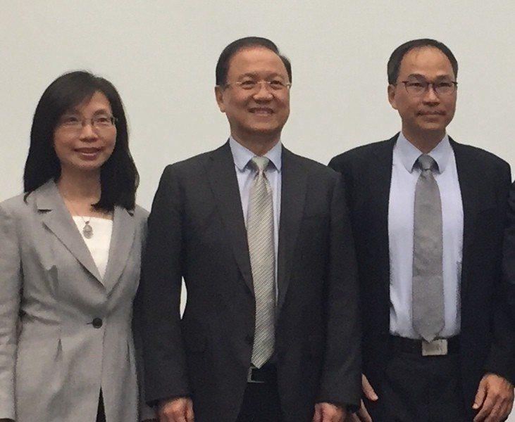 台灣生物産業發展協會理事長李鍾熙(中),分享精準醫療的發展與應用。(photo ...