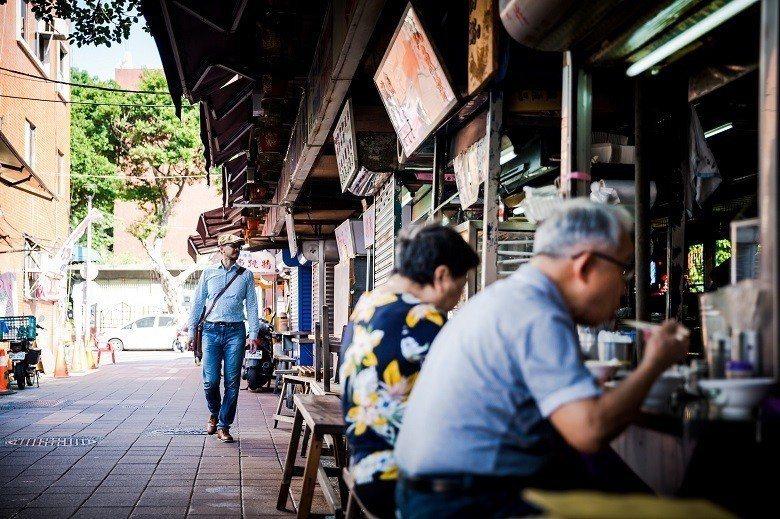 散步在大稻埕的過程中,江佶洋除了帶我們欣賞巷弄裡的建築,喜歡在地吃食的他,也介 ...