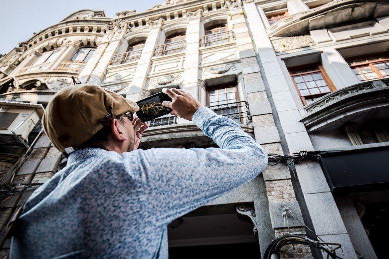 位於迪化街中街的建築設計多為仿巴洛克時期的風格,有著華麗雕塑的立面展現了大稻埕的...