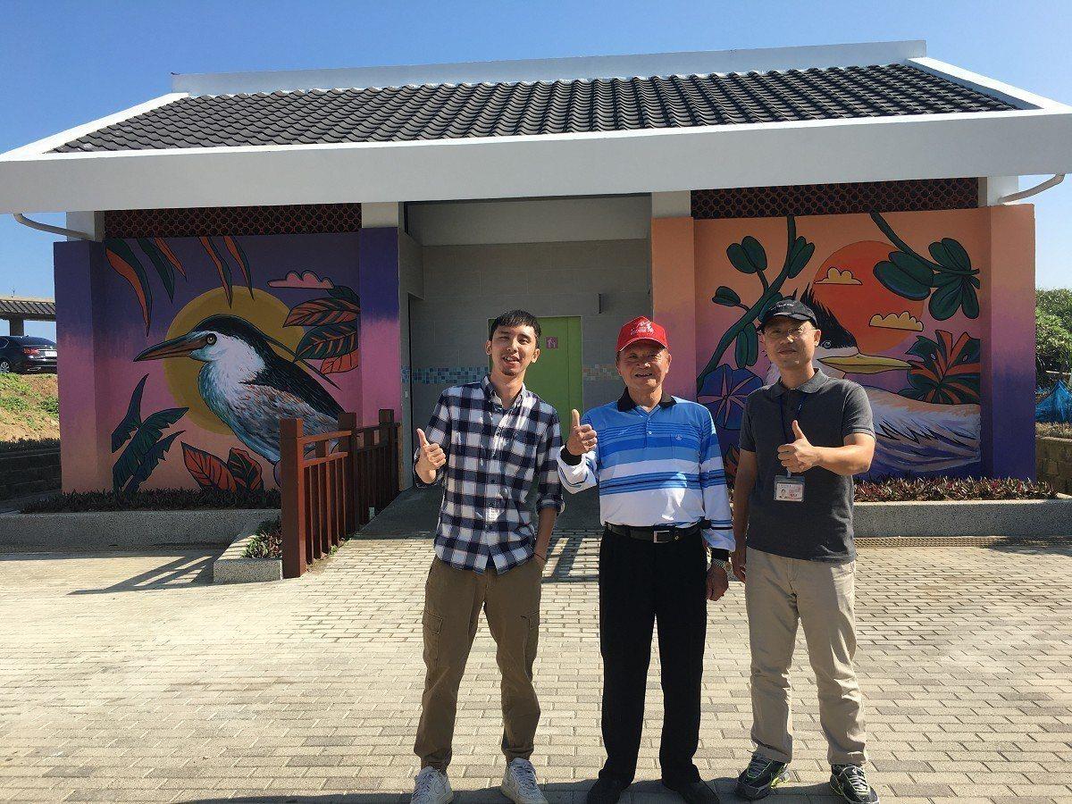 石門區公所將罟寮旁的公廁翻新整修,在邀請到藝術家於牆面繪上鳳頭燕鷗及夜鷺,為老梅...