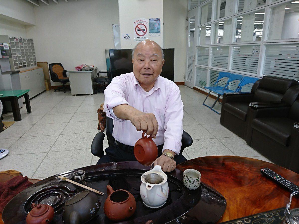 汐止的東山里里長林錦定85歲,邁入第十一屆,持續在公所的里長聯誼會泡茶給大家喝,...
