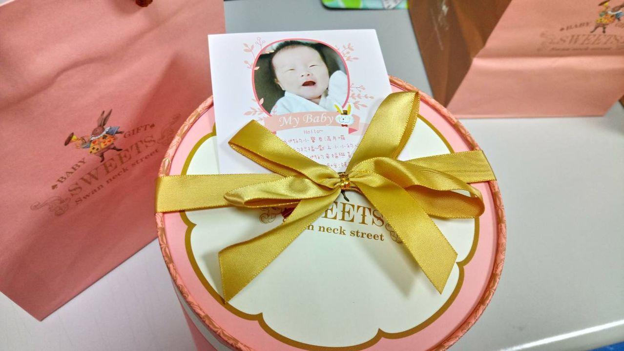 36歲婦人如願產女,日前送滿月蛋糕給澄清醫療團隊。圖/澄清醫院提供