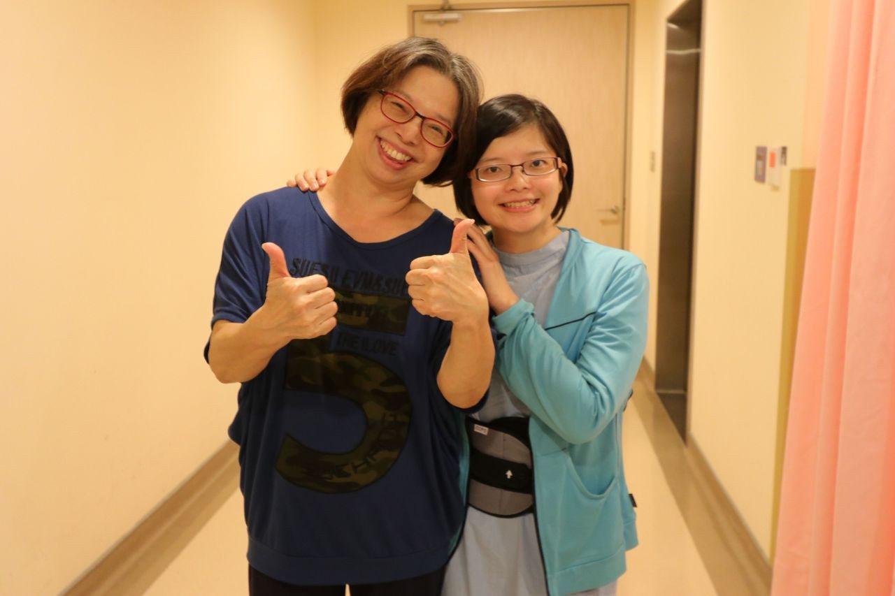 王姓女子(右)術後可以自行走路,她和母親(左)都好開心。圖/亞大醫院提供