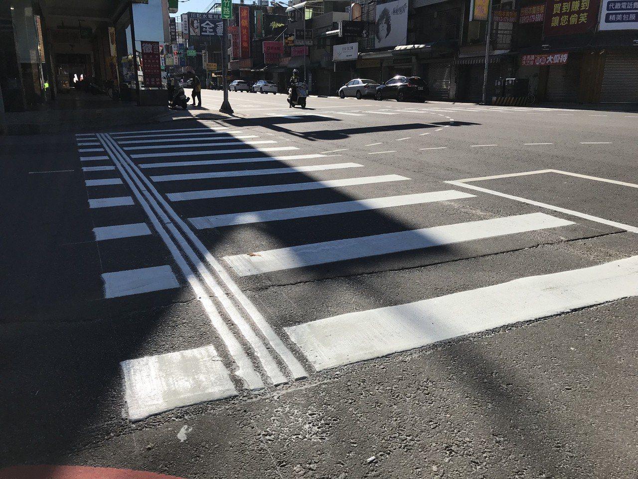 桃園市府交通局在蘆竹區大竹路與上興路、大竹路與大福路等路口試辦「導盲斑馬線」。圖...