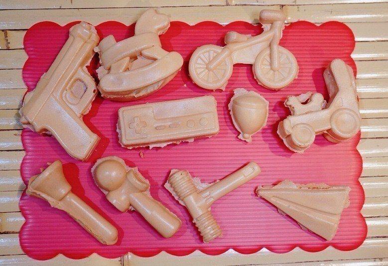 尋庄原味脆皮雞蛋糕造型有手槍、木馬、腳踏車、任天堂搖控器、陀螺、鎚子、紙飛機等童...
