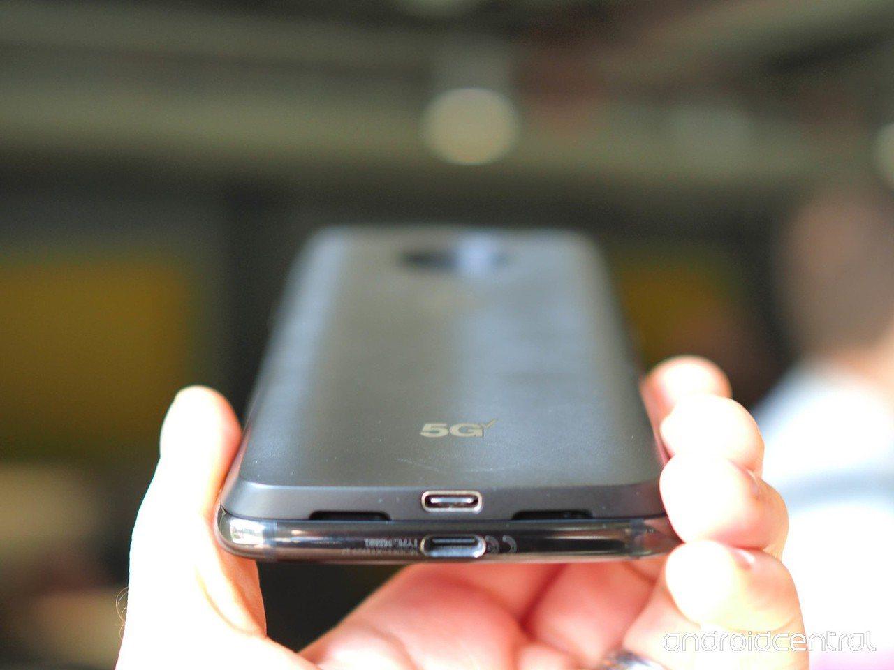 Motorola Z3若加上5G連網模組,厚度可能讓許多人無法接受。網路照片