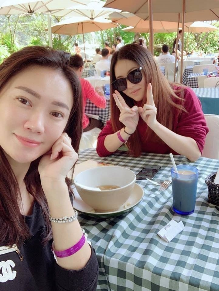 飲食作家玻璃朱(左)在臉書曝光和張柏芝(右)合照,曝光她近期模樣。圖/摘自臉書