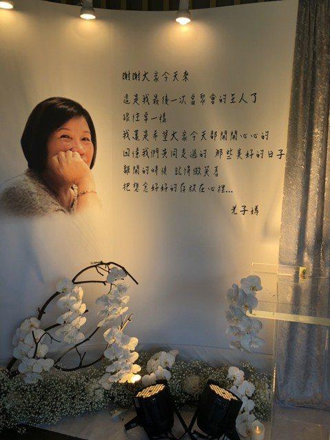 「天后推手」陳鎮川(川哥)是源活國際娛樂公司的創辦人,不僅製作多位歌手的演唱會,近年籌辦金曲獎更是好評如潮,同時他也是天后張惠妹、林憶蓮的經紀人,他的母親上月病逝,今早舉辦告別式,張小燕、張清芳、羅...