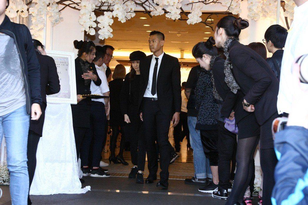 黑人(右)、范范到場哀悼。記者許晉榮/攝影