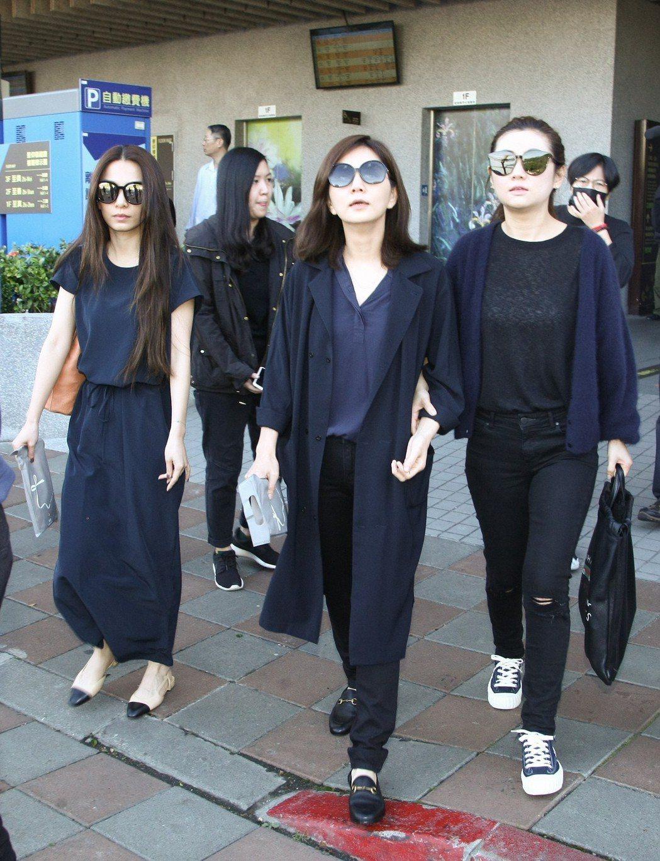 Hebe(左起)、Selina、Ella到場悼念。記者許晉榮/攝影