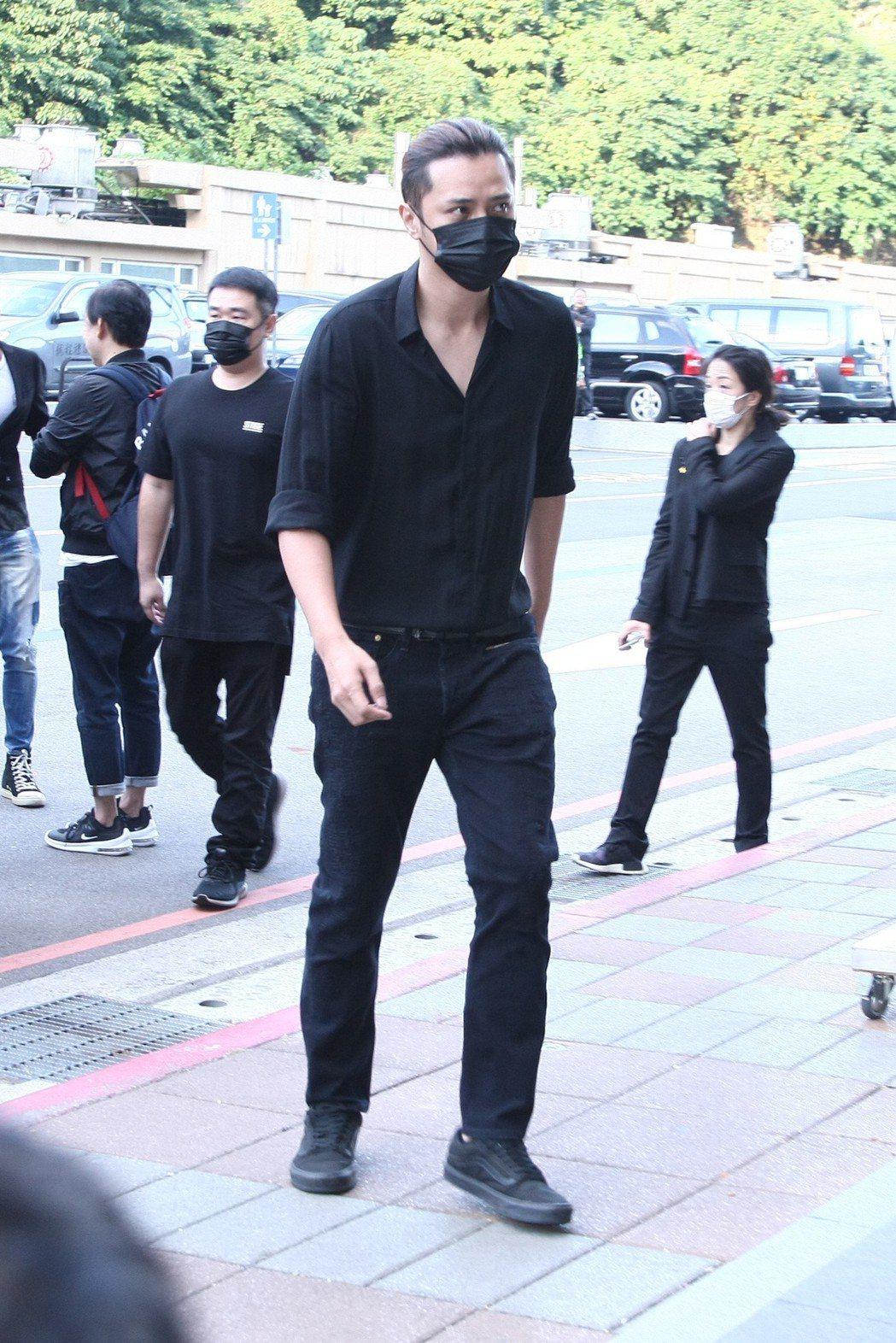 羅志祥戴著口罩參加川哥媽媽告別式。記者許晉榮/攝影