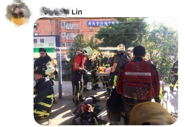 現場旅客目擊救護人員到場救援。記者巫鴻瑋/翻攝自臉書社團