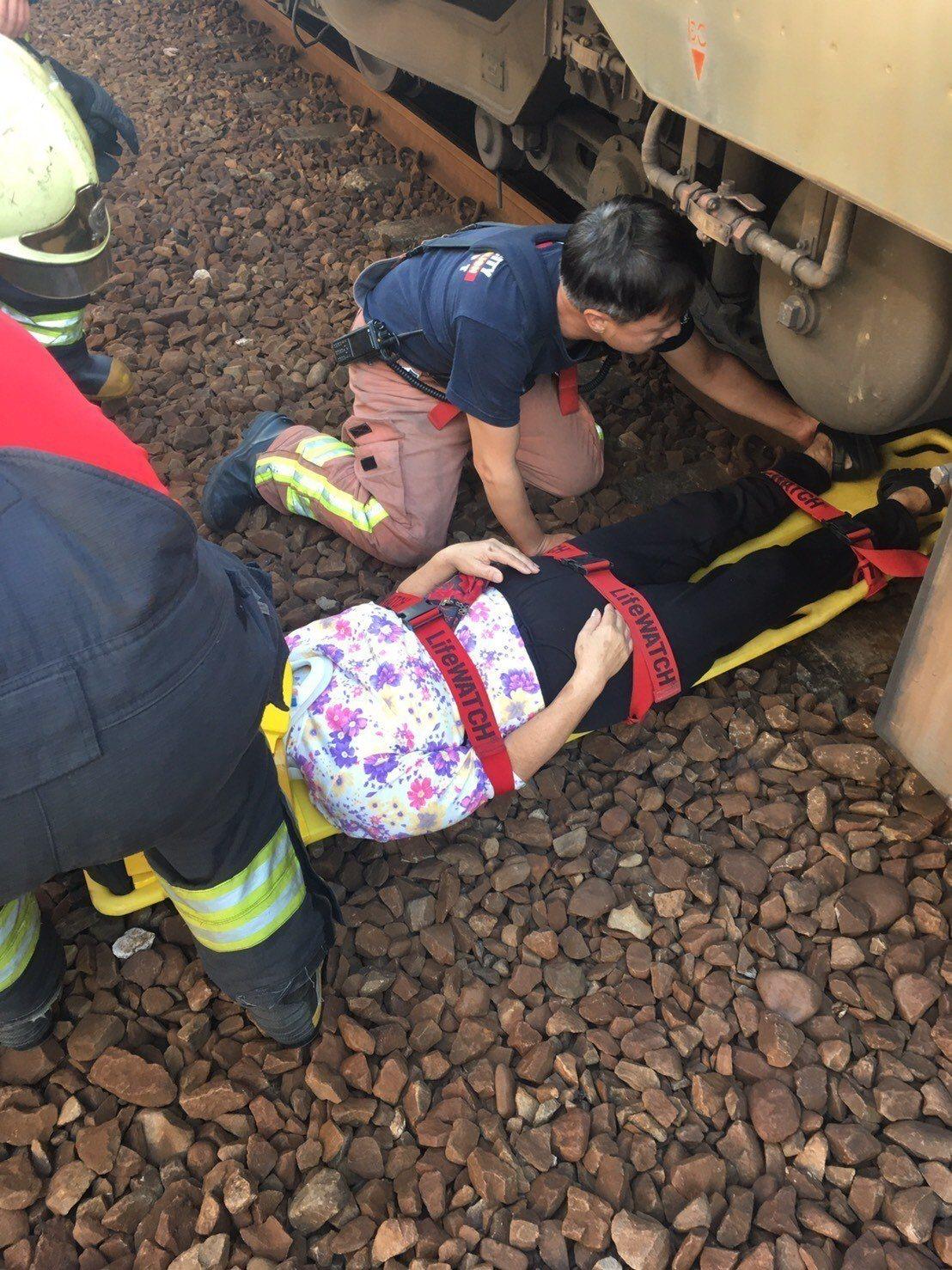 新北消防局救護人員到場,將摔落月台下的婦人救出送醫。圖/新北市消防局提供