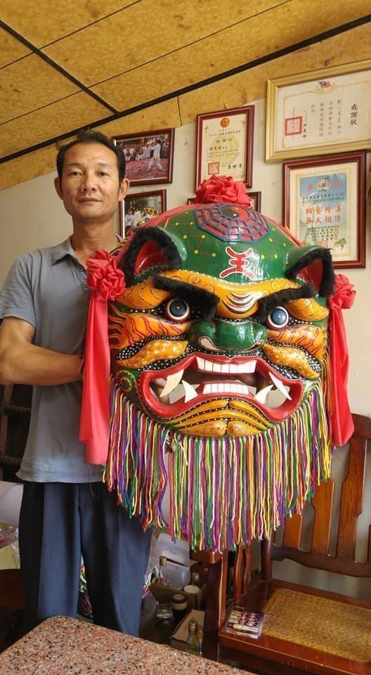 劉文達是全台少數的紙糊獅頭師傅。圖/郭應哲提供
