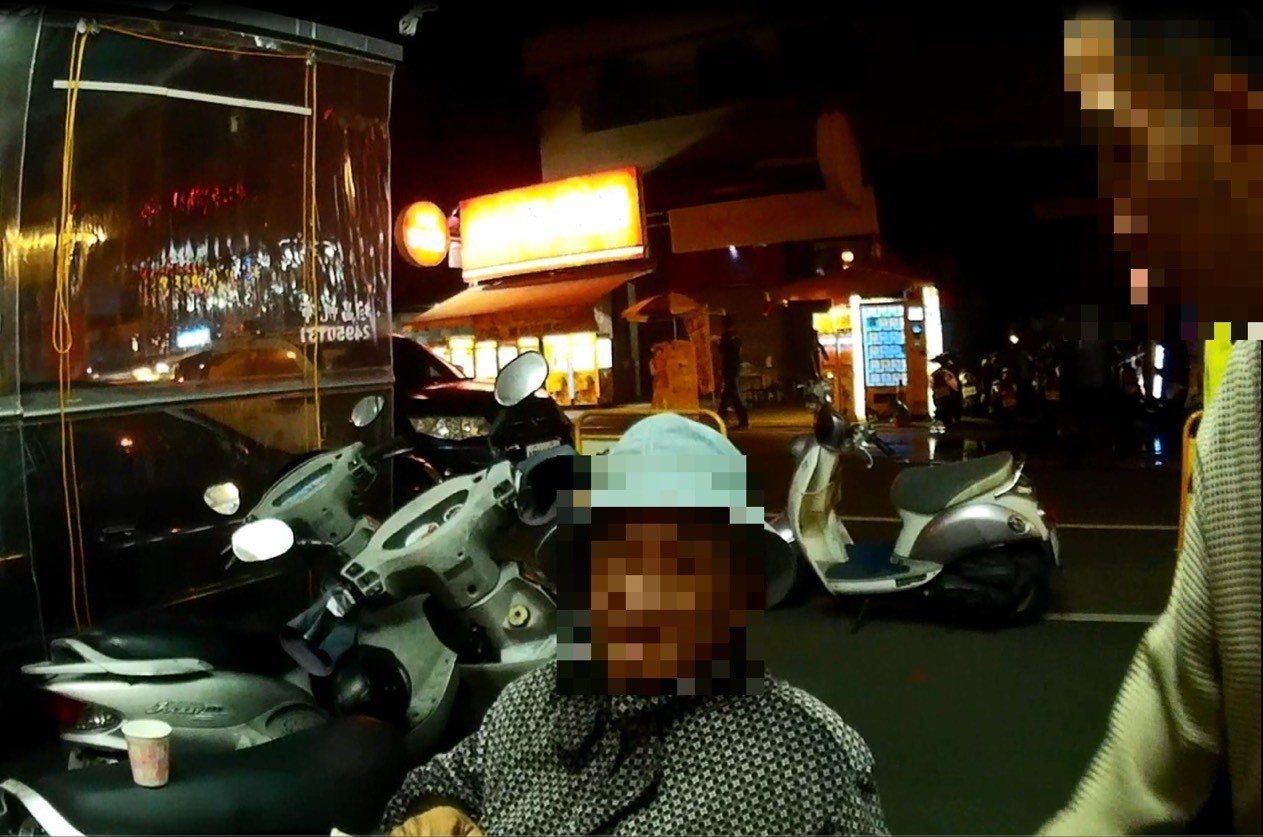 退休警察被台中警察送回家。記者游振昇/翻攝