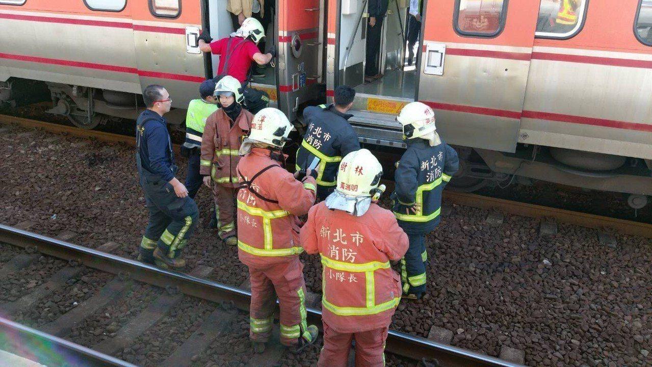 台鐵局表示旅客無明顯外傷,已由救護車送醫。圖/台鐵局提供