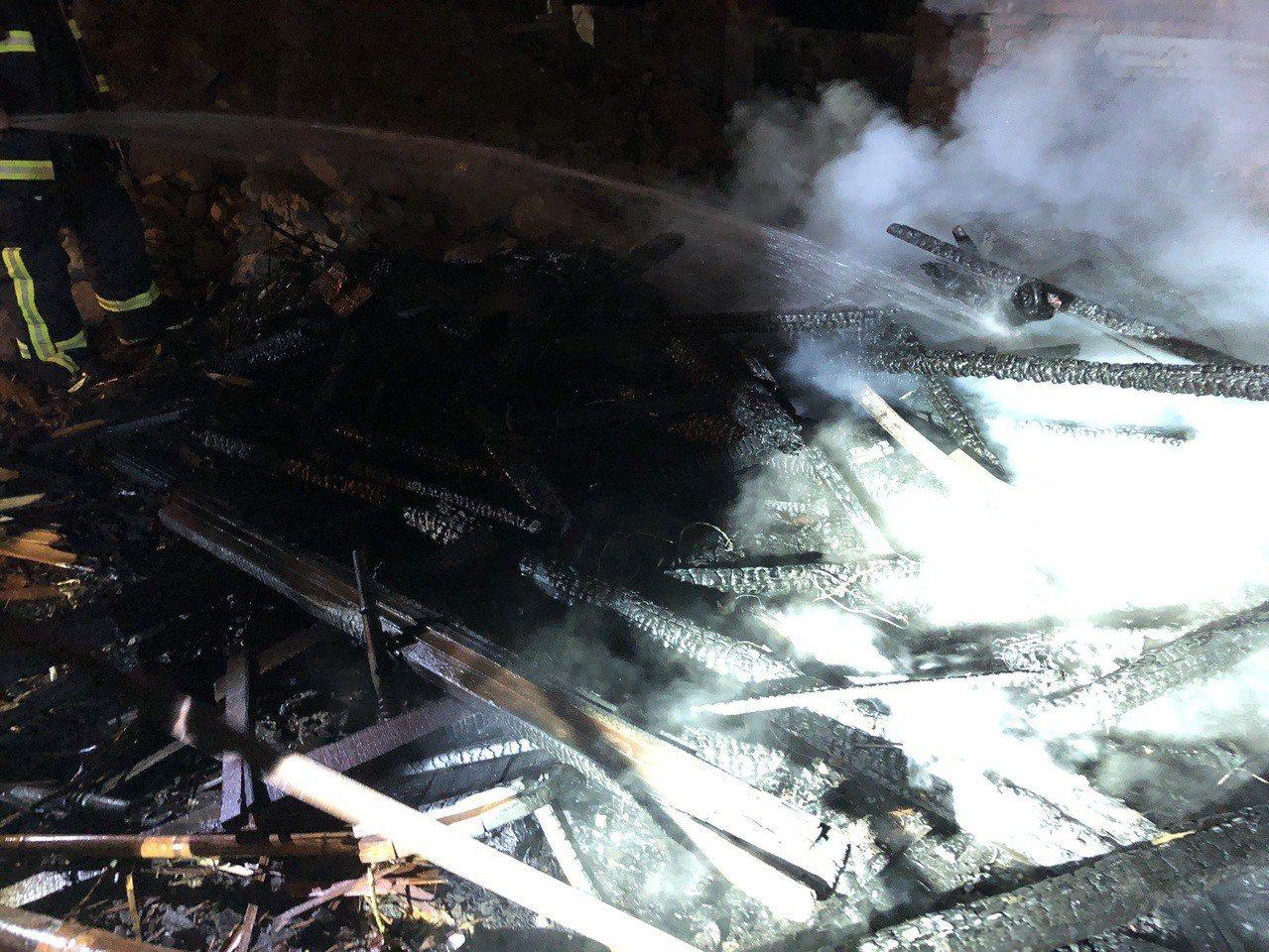 豐原慈鳳宮空地堆放廢棄木材,昨不明原因起火燃燒,所幸無人傷亡。記者林佩均/翻攝