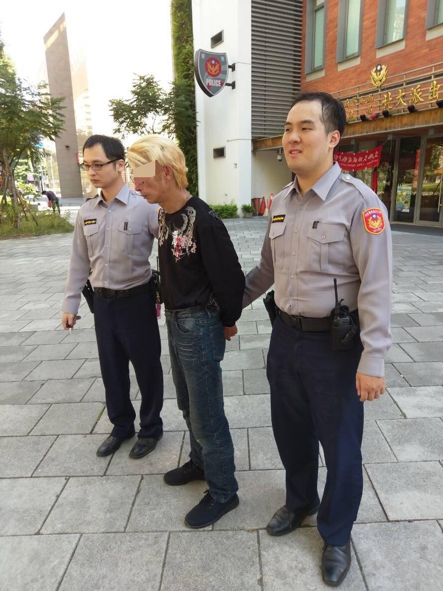 警方將滿頭金髮的陳姓竊嫌移送法辦。記者林昭彰/翻攝